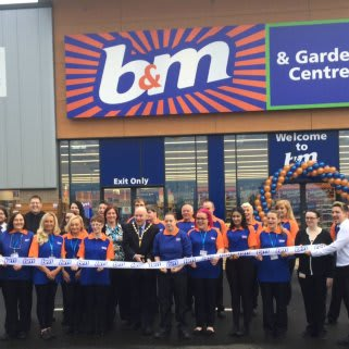 The brand new B&M Port Glasgow being formally opened by the Lord Provost of Inverclyde Council and representatives from Ardgowan Hospice who also gratefully received £250 worth of B&M vouchers