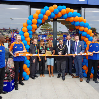 Local Mayor, Cllr Liaqat Ali was on hand to officially open B&M's latest store in Clifton, Nottingham. Sarah from local charity Danielle's Flutterbyes was B&M's VIP guest for the day, receiving £250 worth of B&M vouchers on behalf of the charity.