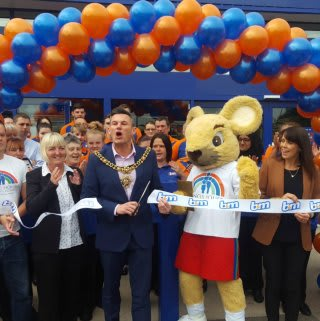 Lord Mayor, Councillor Carl Austin-Behan joined representatives from Francis House Children's Hospice in cutting the ribbon at the store opening.