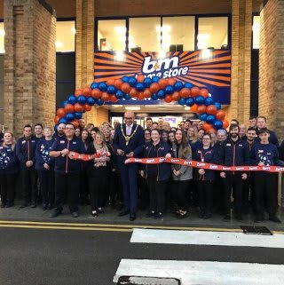 Store staff at B&M's new store in Livingston were delighted to welcome Lord Mayor Daniel De'ath and Stephen representing Latch Welsh Children's Cancer Charity. The charity received £250 worth of B&M vouchers for taking part in B&M's special day, while Mayor De'ath cut the ribbon to officially open the store.