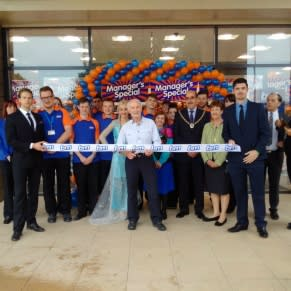 B&M's latest store was opened by The Mayor of Scunthorpe and representatives of Lindsay Lodge Hospice, who received £250 worth of B&M vouchers.