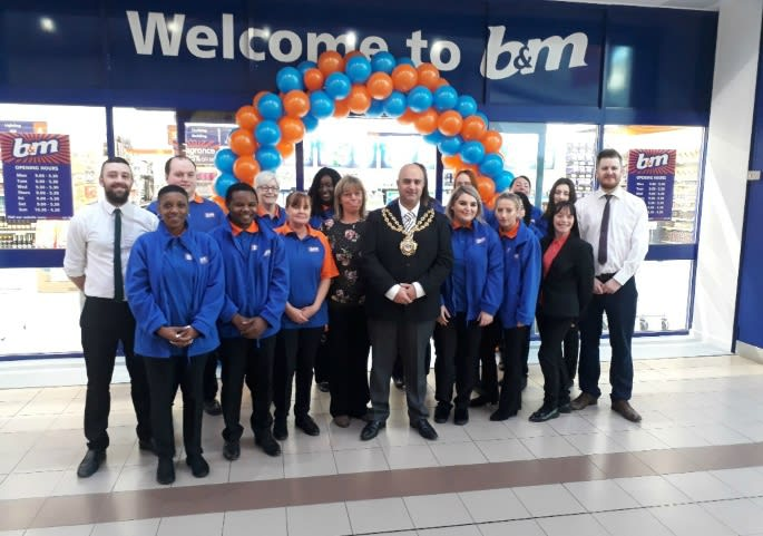 95-spindles-oldham-store-opening-store-team-mayor