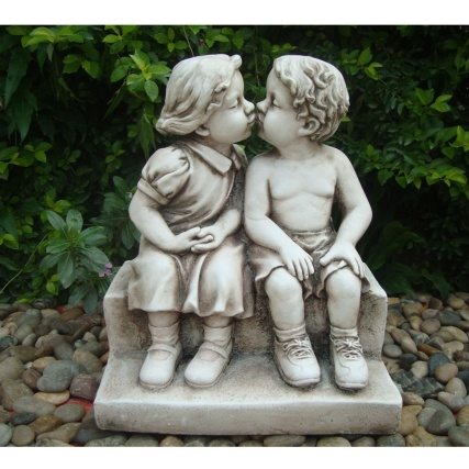 342126-5CM-BOY--GIRL-KISSING-ON-STEP-STATUE-