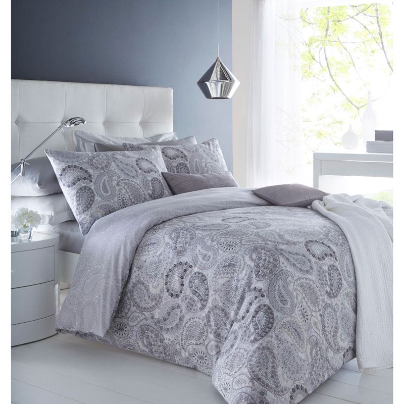 These full and double duvet cover sets offer a fantastic selection of bedding in gorgeous colors and delightful patterns. Solid colors will create a relaxing atmosphere. If you choose a solid color, use accents in different shades of the same color.